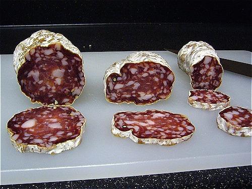 Xúc xích salami được bảo vệ bởi một lớp nấm mốc lành tính. Ảnh: Flickr/Kent Wang.