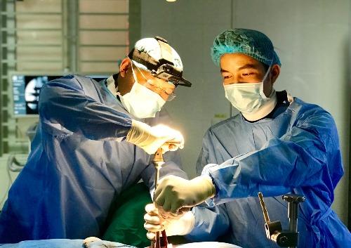 Bác sĩ phẫu thuật cột sống cho bệnh nhân. Ảnh: NVCC