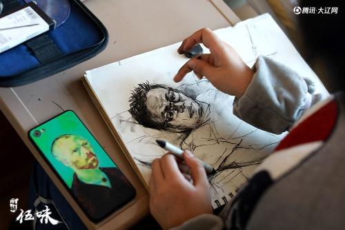 Thiên Nguyệt vẽ tranh với hy vọng tiếp thêm nghị lực cho bố vượt qua ung thư. Ảnh: QQ.