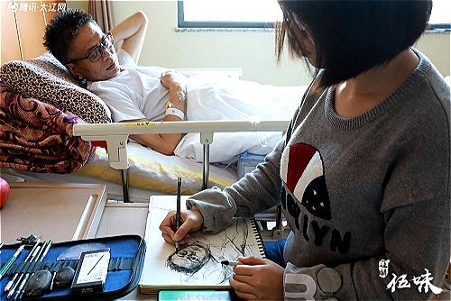 Thiên Nguyệt vừa vẽ tranh vừa chăm bố tại bệnh viện. Ảnh: QQ.