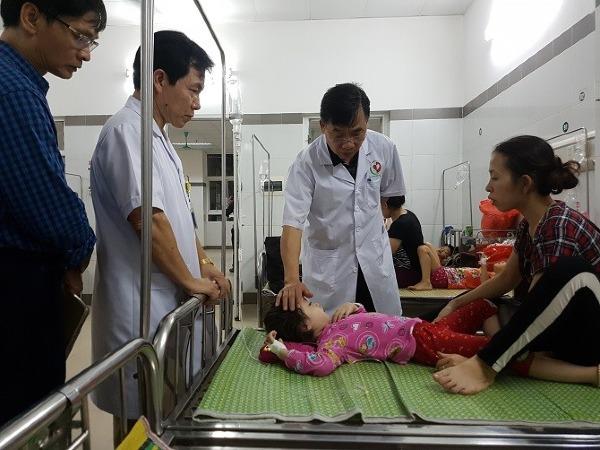 Lãnh đạo Sở y tế Hà Nội đến thăm hỏi bệnh nhi. Ảnh: M.T