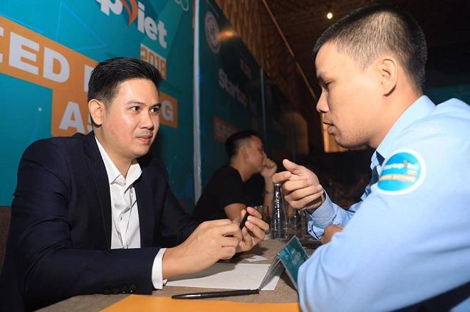 Ông Phạm Van Tam - Chủ tịch HĐQT Tập đoàn công nghệ Asanzo - trực tiếp nhận xét về sản phẩm, mô hình doanh nghiệp cho các startup. Ảnh: Tuấn Nhu.