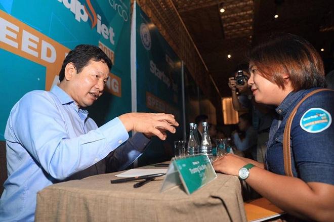 Ông Trương Gia Bình - Chủ tịch Tập đoàn FPT - đặt nhiều câu hỏi cụ thể và có những tư vấn, hỗ trợ giá trị với startup. Ảnh: Tuấn Nhu.