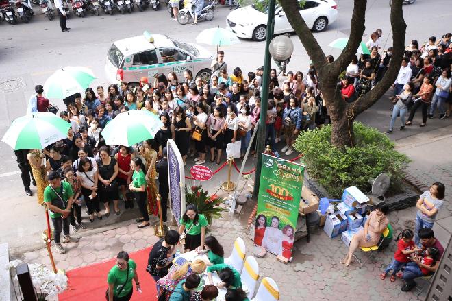 Từ 8h sáng, hàng trăm ngườiđã xếp hàng để tham giai sự kiện khai trương Thu Cúc Mega Beauty Center.