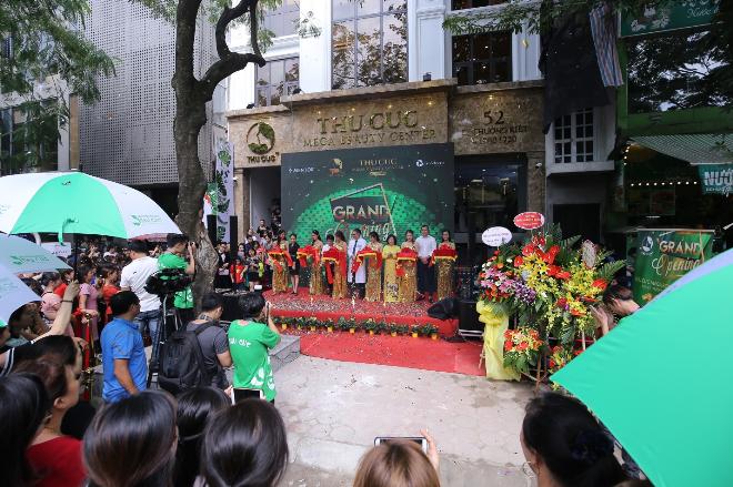 Tiến sĩ, bác sĩ Nguyễn Phạm Ý Nhi - Giám đốc bệnh viện Đa khoa quốc tế Thu Cúcphát biểu và cắt băng khai trương cùng các vị lãnh đạo của Thu Cúc Mega Beauty Center.