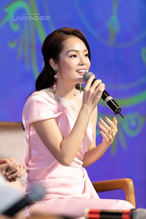 Diễn viên Dương Cẩm Lynh chia sẻ điều thích nhất ở công nghệ này là nhẹ nhàng, không gây đau rát và thời gian rất nhanh - chỉ trong 45 phút. Lynh sợ đau nên trước giờ không dám làm gì với gương mặt của mình, giờ có giải pháp nàymới dám thử và rất hài lòng, nữ diễn viên bật mí.