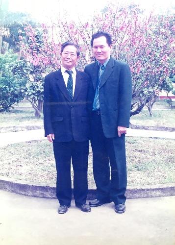Thầy Phó giáo sư, Tiến sĩ Lê Hải Chi (Trái) và học trò năm 1981.