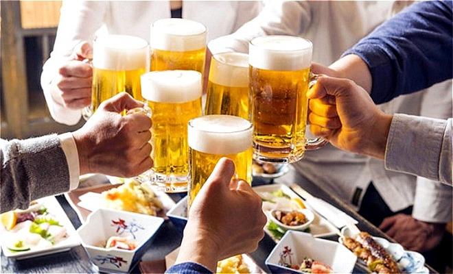 Uống rượu bia quá nhiều sẽ ảnh hưởng đến chất lượng và khả năng sản xuất tinh trùng. Ảnh: Medicalnewstoday