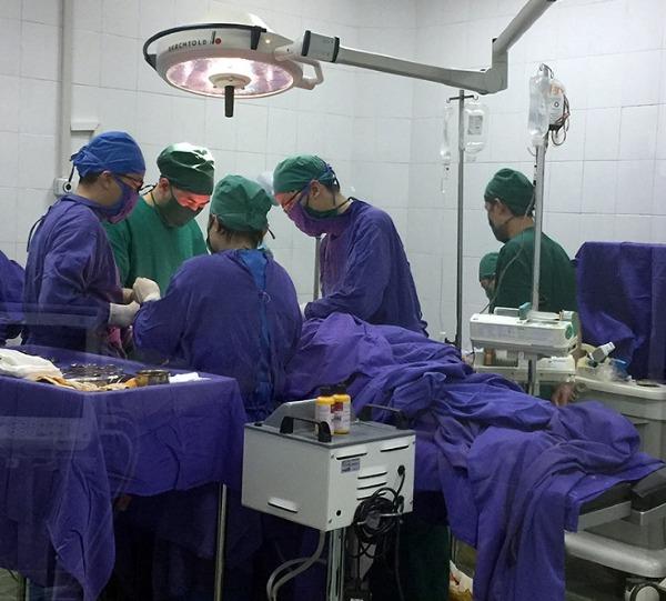 Các bác sĩ phẫu thuật cho bệnh nhân. Ảnh: N.H