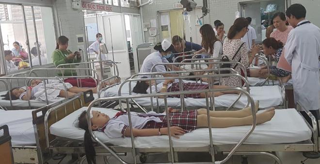 Các học sinh đang được cấp cứu tại Bệnh viện Chợ Rẫy sáng 20/11. Ảnh bác sĩ cung cấp.