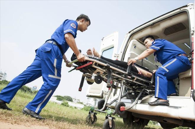 Trang phục mới thay cho áo blouse giúp các y bác sĩ cấp cứu dễ dàng xử trí cấp cứu, vận chuyển người bệnh. Ảnh: 115.