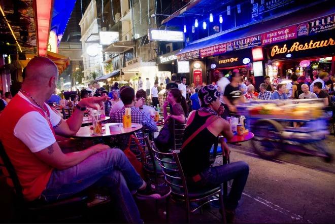Một số quốc gia tại Đông Nam Á quy định cấm mua bán và sử dụng rượu bia tại địa điểm công cộng vào nửa đêm. Ảnh: TS