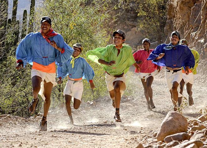 Người Tarahumara chạy bộ như niềm vui trên đôi giày tái chế bằng vỏ cao su.