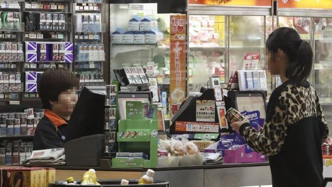 Các bạn trẻ Hồng Kông sẽ không còn được phép mua rượu từ các cửa hàng khi luật mới bắt đầu vào ngày cuối cùng của tháng này. Ảnh: SCMP