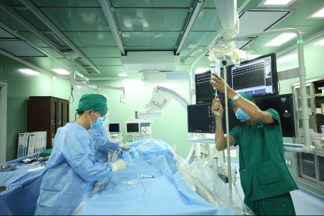 Bác sĩ đang can thiệp tim mạch cho bệnh nhân đầu tiên cho chương trình chuyển giao. Ảnh: N.P