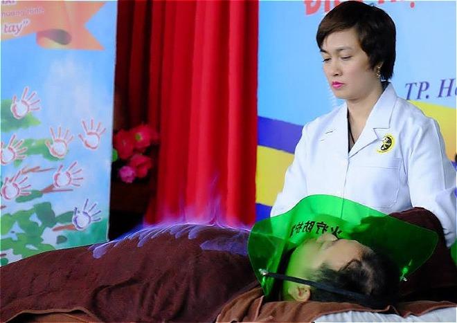 Bác sĩ Nguyễn Tuyết Mai, Bệnh viện Châm cứu Trung ương thực hiện hoả trị liệu cho bệnh nhân tại Viện Y dược học dân tộc TP HCM chiều 24/11. Ảnh: Hoàng Lê.