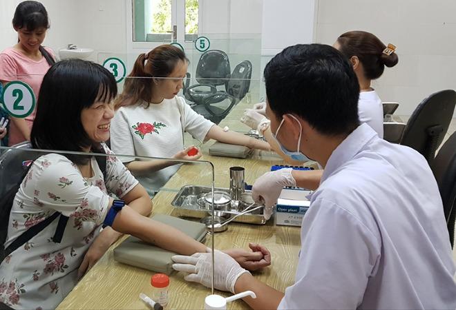 Các cô giáo tham gia lấy máu xét nghiệm. Ảnh: Lê Phương.