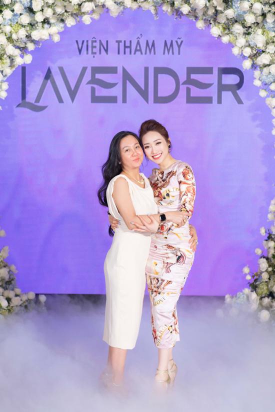 Tham dự sự kiện ra mắt Thermage FLX của Viện thẩm mỹ Lavender để tìm hiểu về công nghệ trẻ hóa da từ Mỹ,chị Hiền Khanh (trái) không thể ngờ mình làngười may mắn được nhận một suất trải nghiệm trẻ hóa da miễn phí ngay trên sân khấu, thông qua phần quay số ngẫu nhiên của ban tổ chức.
