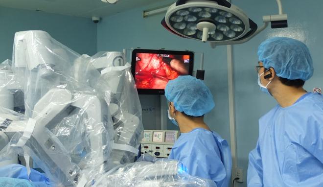 Bác sĩ phẫu thuật robot cho thai phụ. Ảnh: Trần Nhung.