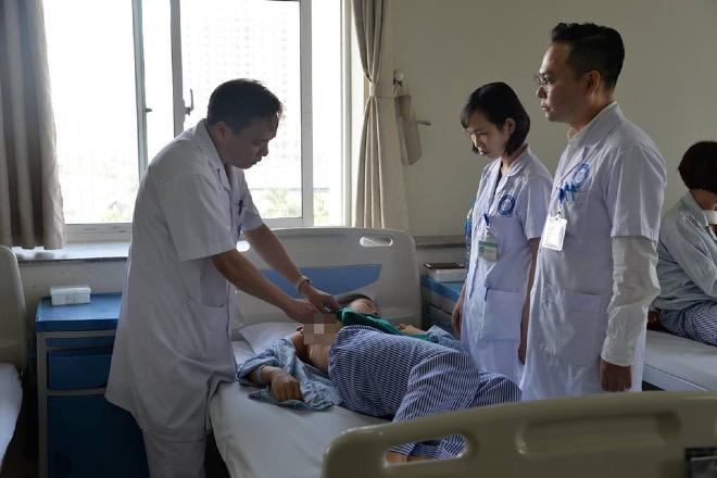 Các bác sĩ hội chẩn mổ u xơ vú cho bệnh nhân. Ảnh: L.N