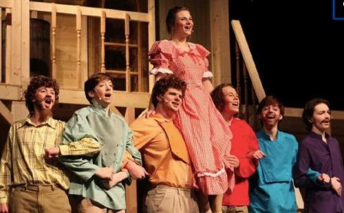 Iaconetti (váy đỏ) trên sân khấu nhạc kịch. Ảnh: Pinterest.