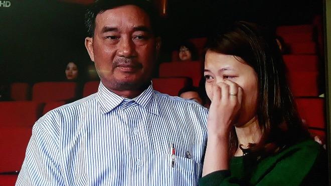 Chị Hằng và ông Tuấn xúc động trong lần đầu tiên gặp nhau. Ảnh: L.N