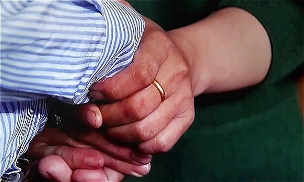 Ông Tuấn và chị Hằng nắm chặt tay nhau. Ảnh: L.N