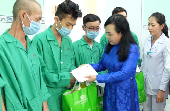 Bộ trưởng Y tế thăm, tặng quà bệnh nhân HIV tại Bệnh viện Phạm Ngọc Thạch ngày 1/12. Ảnh: T.C