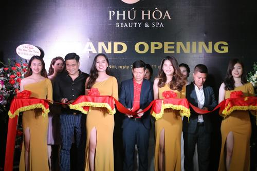 Minh Tiệp cùng đại diện Phú Hòa Beauty Spa cắt băng khai trương trung tâm làm đẹp.