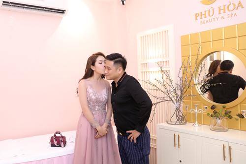 Minh Tiệp được Thùy Dương, vợ anh hôn má động viên trong ngày lên chức ông chủ. Nam diễn viên tiết lộ, Thuỳ Dương sẽ là người quán xuyến việc kinh doanh giúp anh.