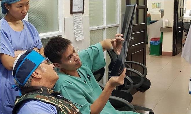 Bác sĩ Huỳnh Linh ( bên phải ) và đồng nghiệp. Ảnh: NVCC