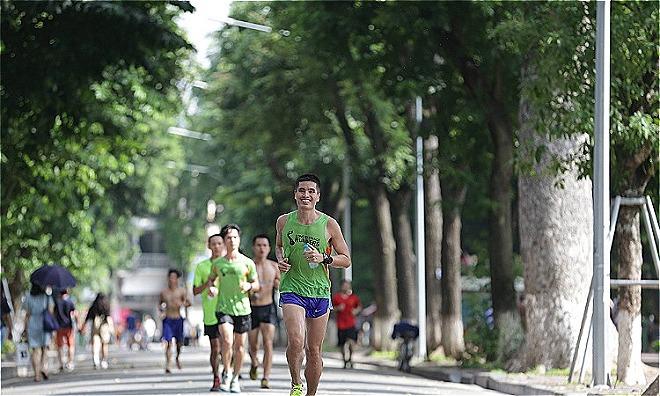 Bác sĩ Linh trên đường chạy mỗi ngày. Ảnh: NVCC