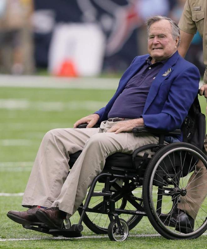 Cựu tổng thống George H.W. Bush phải sử dụng xe lăn do ảnh hưởng của bệnh Parkinson mạch máu. Ảnh: HE