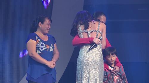 Ngọc Sang hạnh phúc khi gặp lại mẹ và dì sau 4 tháng xa gia đình.
