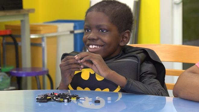 Cameron mặc bộ trang phục Batman trong một chương trình
