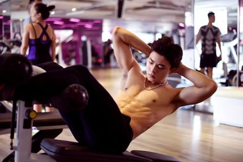 Thế Thịnh rèn luyện gym, bơi lội, bóng đá, boxing mỗi ngày. Ảnh: C.K