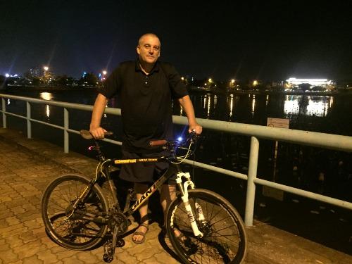 Paul đạp xe 30km mỗi tối tại hồ Tây để rèn luyện sức khỏe và giảm cân. Ảnh: Thúy Quỳnh