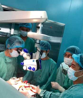 Các bác sĩ thực hiện kỹ thuật vi phẫu. Ảnh: Nhật Tân