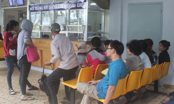 Bệnh nhân khám tại Bệnh viện Ung bướu TP HCM. Ảnh: Lê Phương.