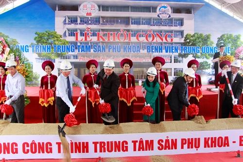 Bộ trưởng Nguyễn Thị Kim Tiến dự lễ khởi công Trung tâm sản phụ khoa. Ảnh: Võ Thạnh