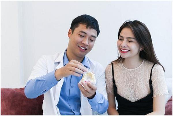 Bác sĩ tư vấn cho khách hàng về các loại răng.