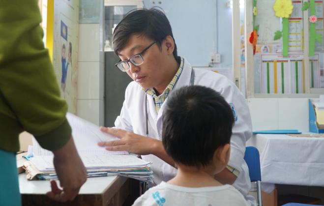 Trẻ khám tiêu hóa tại Bệnh viện Nhi đồng 1. Ảnh: Trần Chương.