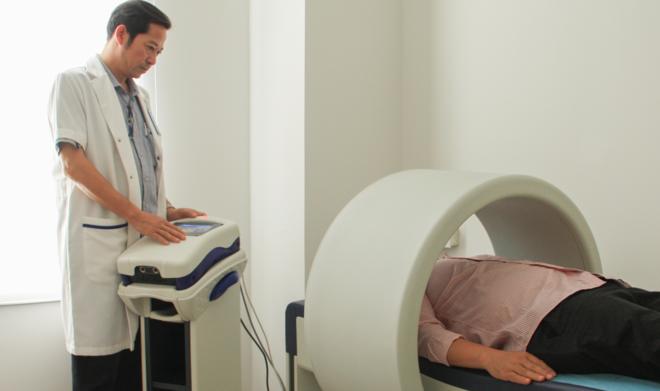 Bệnh nhân sử dụng máy từ trường chữa mất ngủ. Ảnh: G.A