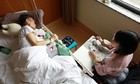 Nhật ký bằng tranh của cô gái chăm bố mẹ đều bị ung thư
