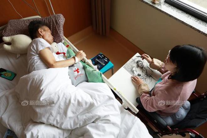 Wang vừa chăm bố bệnh, vừa ôn thi vào trường Mỹ thuật. Ảnh: SH