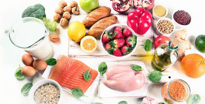 Chế độ ăn uống giàu vitamin, khoáng chất... góp phần phòng ngừa đột quỵ lúc giao mùa. Ảnh: Shutterstock.
