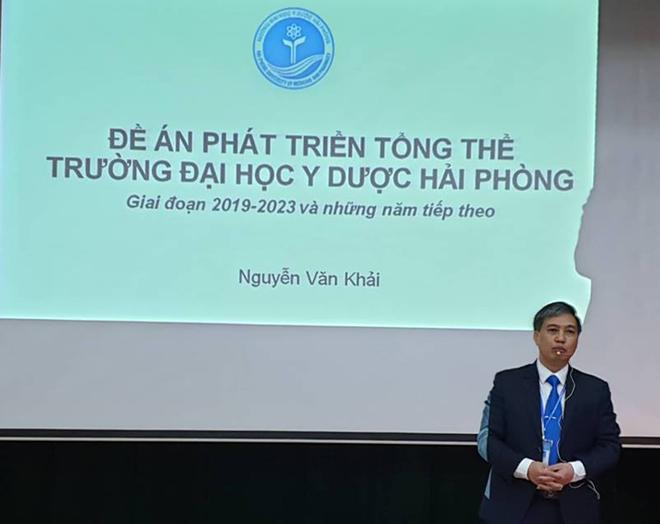 Tiến sĩ Nguyễn Văn Khải trình bày đề án của mình trước hội đồng thi sáng 8/12.