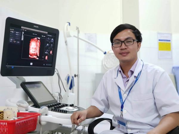 Bác sĩ Võ Tá Sơn đang công tác tại Bệnh viện Phụ sản - Nhi Đà Nẵng.