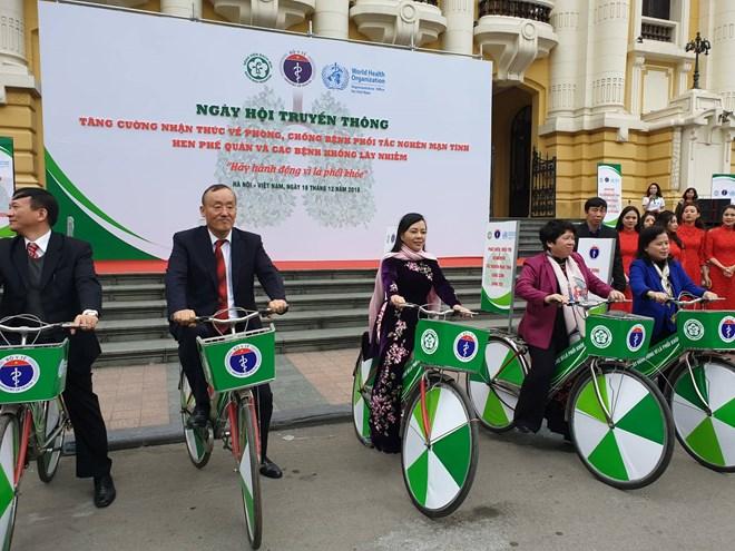 Bộ trưởng Y tế (giữa) và các lãnh đạo Bộ đạp xe diễu hành kêu gọi phòng chống bệnh phổi. Ảnh: T.D.