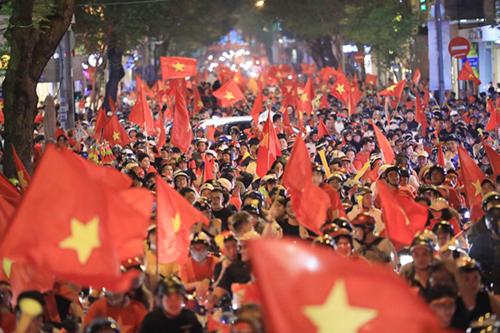Cổ động viên ăn mừng chiến thắng của đội tuyển Việt Nam trên đường Đồng Khởi (TP HCM). Ảnh: Hữu Khoa.